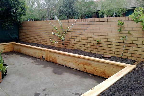 A wrap around wicking bed